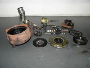 Vista del turbo con todos sus componentes en mal estado.